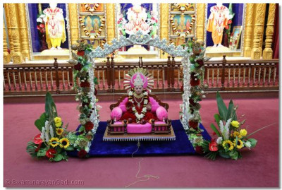 Divine darshan of Shree Jeevanpran Abji Bapashree on the cradle.