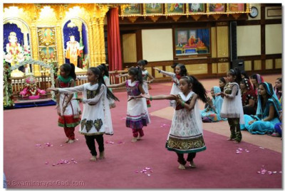Young devotees perform a welcome dance on 'teri mand mand muskaan'