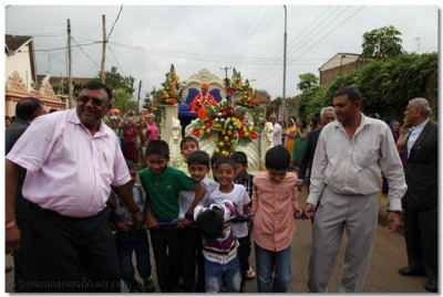 Young devotees pull the chariot.