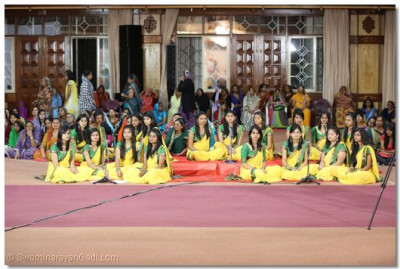 Shree Muktajeevan Swamibapa Sangeet Academy girls recite the Maha Mantra.