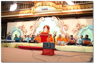 Sant Shiromani Shree Gurupriyadasji Swami entertains the sabha.