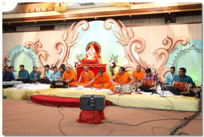 Sant mandal and devotees performing.