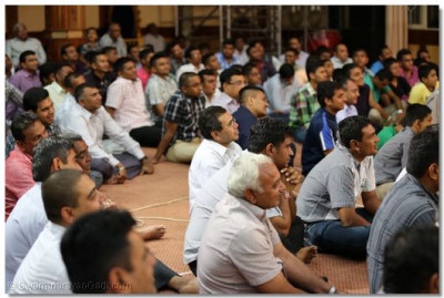 Devotees listen to the kirtans sung by the Muktajeevan Swamibapa Sangeet Academy.