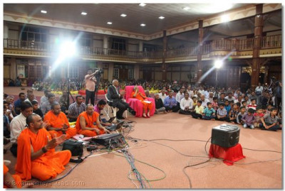 Sant mandal and devotees listen to the kirtans sung by the Muktajeevan Swamibapa Sangeet Academy.