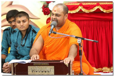 One of the sants sings to please Lord Swaminarayanbapa Swamibapa.