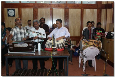 Devotees please the Lord by playing various musical instruments