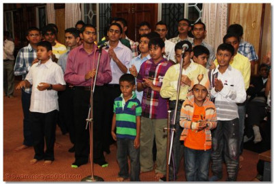 Young devotees accompany the musicians by singing