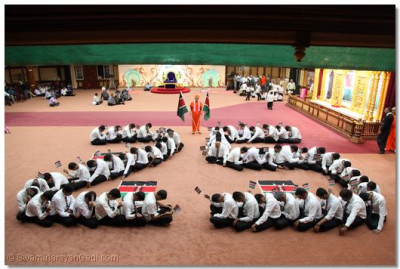 Formation of the number '25' by devotees.