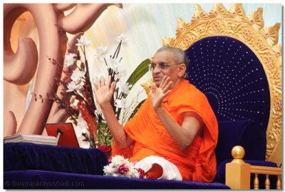 H.H.Acharya Swamishree showers his divine blessings.