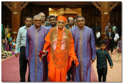 Devotees welcome Acharya Swamishree for raasotsav.