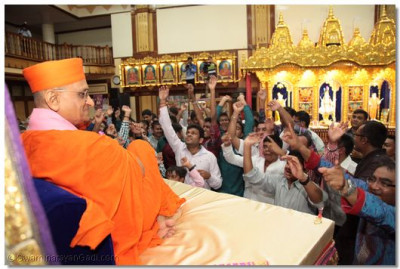 Devotees play sanedo to please Lord Swaminarayanbapa Swamibapa.