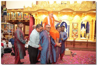 Devotees carry Acharya Swamishree after raasotsav,