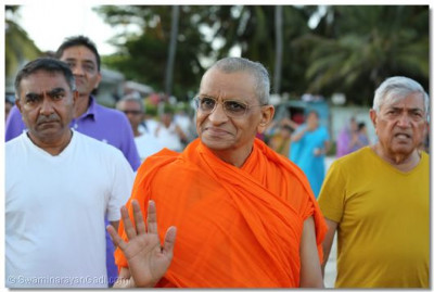 Acharya Swamishree blesses all the devotees at the beach.