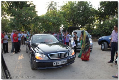 Acharya Swamishree departs to the Mombasa International Airport