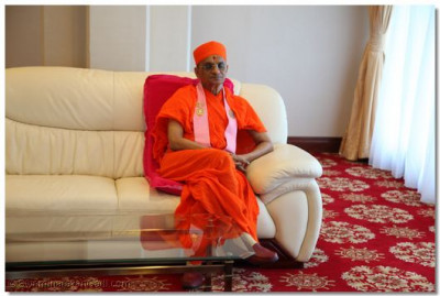 Acharya Swamishree at the VIP lounge.