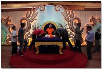Acharya Swamishree blesses all the devotees.