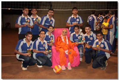 A group photo of Acharya Swamishree with the volleyball developing team.