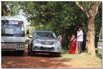 Acharya Swamishree departs for a picnic.