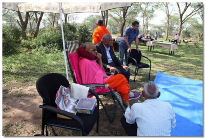 Acharya Swamishree and devotees at the picnic site.