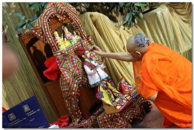 Acharya Swamishree performs veneration.