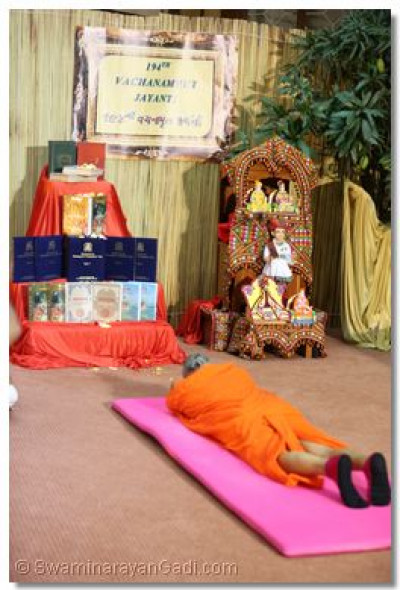 Acharya Swamishree performs veneration of our holy scripture,The Vachanamrut.