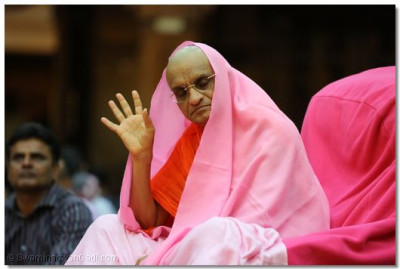 Divine darshan of Acharya Swamishree.
