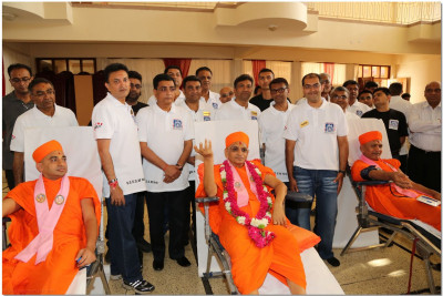 Acharya Swamishree blesses the blood donation camp volunteers