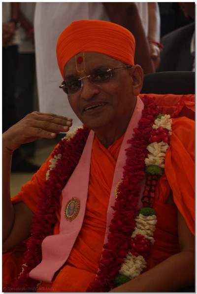 Divine darshan of Acharya Swamishree at the blood donation camp