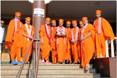 Acharya Swamishree and sant mandal at H.H Swamibapa Hall