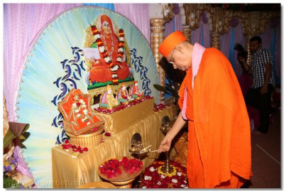 Acharya Swamishree lighting the diya
