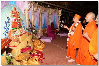Acharya Swamishree and sant mandal performing aarti