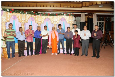 Acharya Swamishree blesses the participants