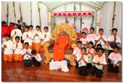 Disciples pose for a group photo with Acharya Swamishree.