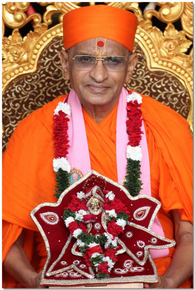 Divine darshan of Acharya Swamishree and Harikrishna Maharaj