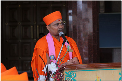 Sant Shiromani Shree Gurupriyadasji Swami conducting the event