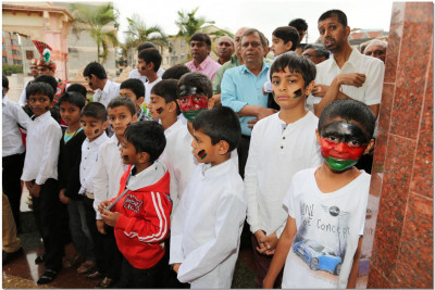 Young devotees show patriotism to their country