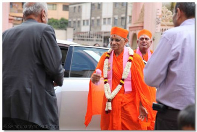 Divine darshan of Acharya Swamishree at the temple.