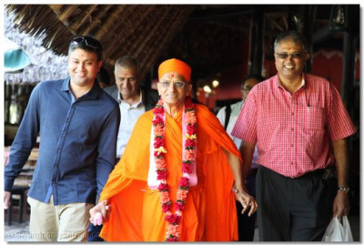 Acharya Swamishree is welcomed by the devotees