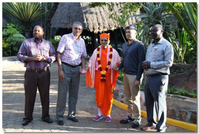Acharya Swamishree poses with the devotees and the staff of the lodge