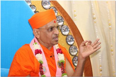 Acharya Swamishree showers his blessings to the honorable guests
