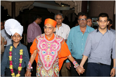 Acharya Swamishree blesses the benefactors of parayan