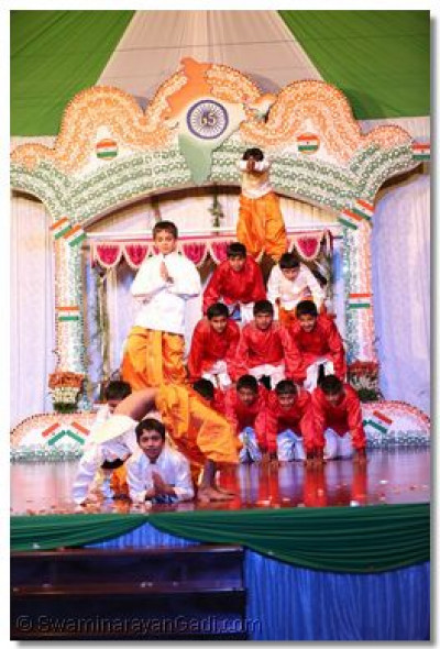 Young disciples perform to please Lord Swaminarayanbapa Swamibapa.