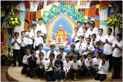 Acharya Swamishree blesses the young devotees