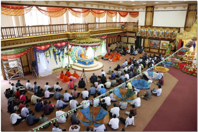 Devotees listen to the divine discourses of Acharya Swamishree