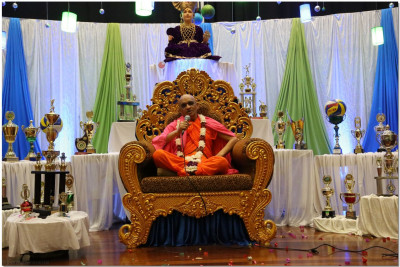 Acharya Swamishree showers New Year's blessings