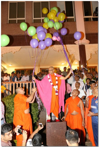 Acharya Swamishree releases Helium balloons celebrating the New Year