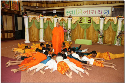 Acharya Swamishree blesses the performers