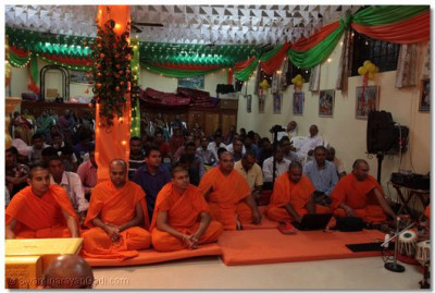 Sant mandal and devotees listen to the divine ashirwad.