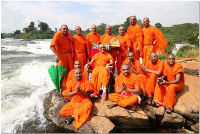 Acharya Swamishree and sant mandal at Itanda Falls, Jinja