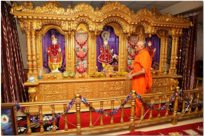 Divya darshan of Acharya Swamishree at Shree Hari Complex
